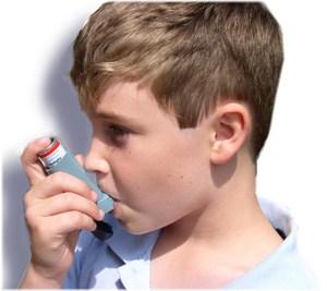 Enfant prenant sa ventoline