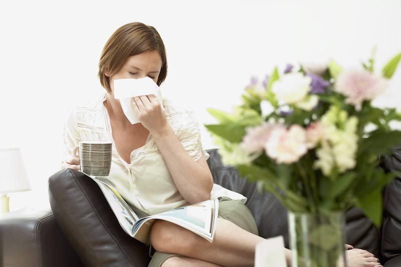 Jeune femme allergique