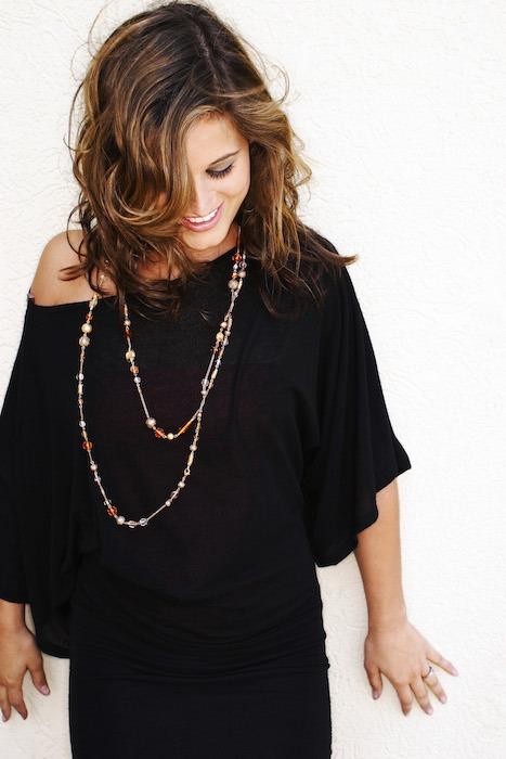 Belle en robe noire et collier