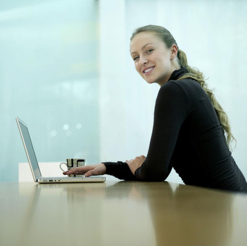 femme travaillant sur son ordinateur