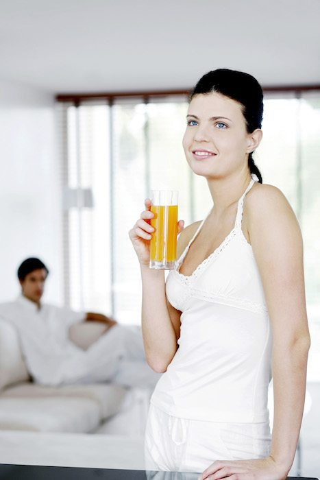 Femme avec son jus d'orange
