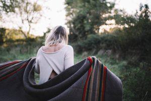Femme couverture au vent